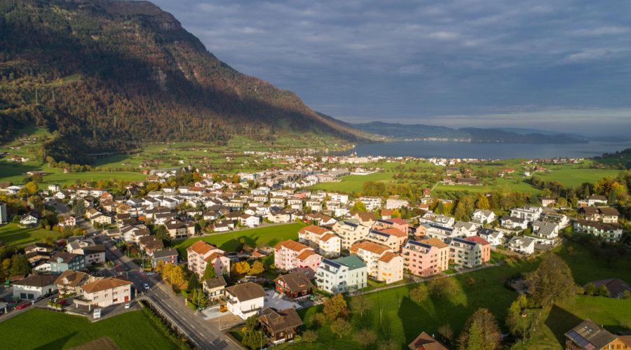 Wohnsiedlungen Rischi und Heuledi, Oberarth: Luftaufnahme mit Rigi und Zugersee