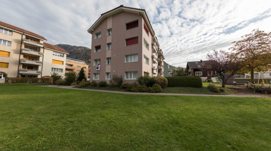 Mietwohnungen Rischi, Oberarth: Aussenbereich mit viel Grünflächen