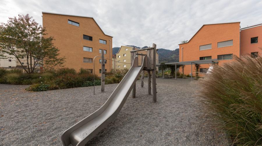 Mietwohnungen Heuledi Oberarth: Grosszügiger Spielplatz mit Rutschbahn